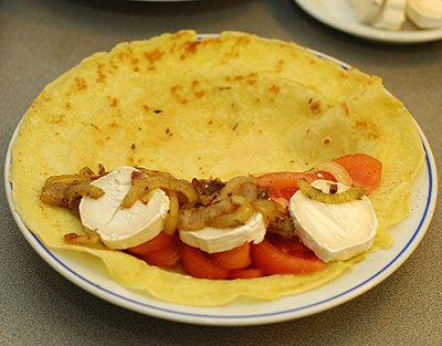 Pancake_with_tomato_goats_cheese_and_onion.jpg